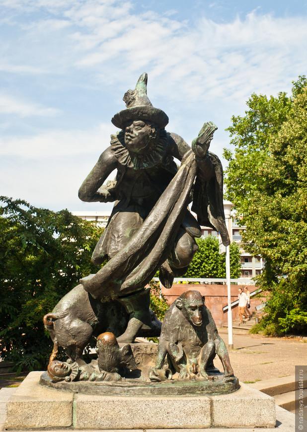 Очень странный памятник,чему мы так и не поняли. какой-то шут с обезьянкой с писькой и какающей свиньей. Конечно, все трут какашку и письку.