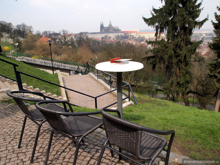 Вид на Пражский Град с холма Петршин.