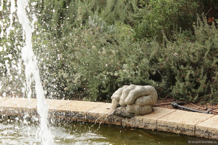 Парк разбит на несколько зон, из которых можно выделить Розовый сад, Благоухающий сад, Пальмовую рощу, Сад водопадов и другие.