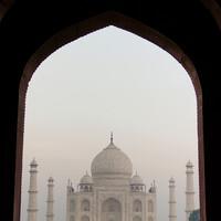 Тадж Махал в предрассветном тумане через арку южных ворот