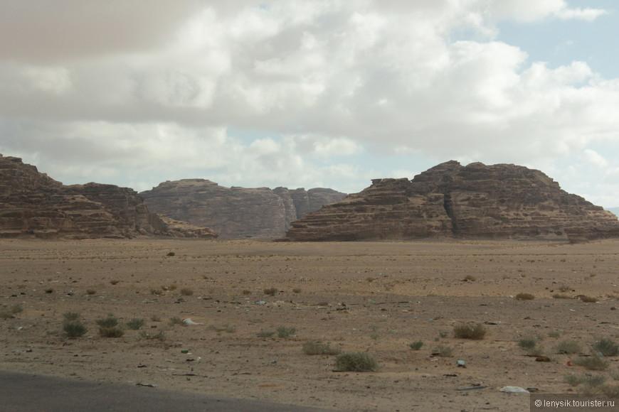Из Израиля, а именно из Эйлата отправилась в Петру. Виды пустыни. Мы движемся по королевской дороге вверх по Иордании.