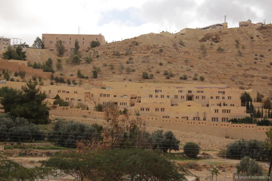 Местное поселение - деревня. ( в основном бедуинские палатки)