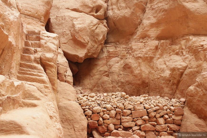 Краски каньона Сик потрясают воображение. Высокие и изгибистые стены создают причудливую игру света и тени. Верх каньона ярко освещен иорданским солнцем. До некоторых уголков в самом низу каньона солнечные лучи не достают никогда. А в редких местах каньон Сик смело можно назвать цветным.