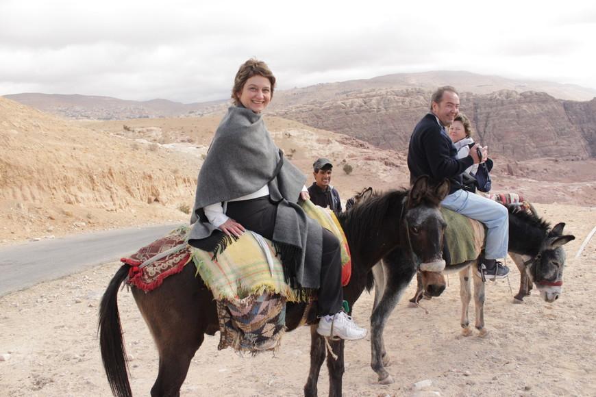В наши дни около полумиллиона туристов приезжают в Иорданию каждый год, чтобы посмотреть на Петру, строения которой свидетельствуют о её славном прошлом.