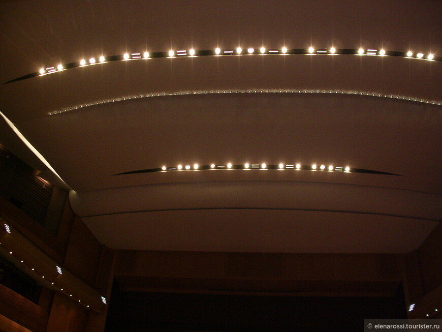 Привычные для театрального зала люстры или художественные плафоны отсутствуют. Это не странное, скучное фото. Это такой потолок в зрительном зале.