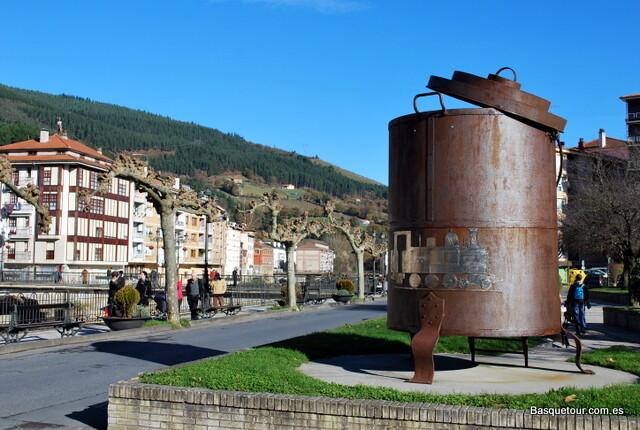 La Putxera или кастрюля железнодорожника. Изобретение баскских машинистов конца 19 века. Эта кастрюлька подключалась к пару паравоза и использовалась для проготовления фасоли и других бобовых. В настоящий момент работает на углях - по подобию русского самовара.