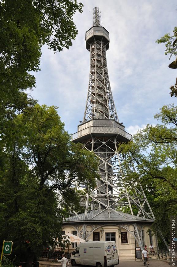Петршинская башня. Подъем возможен двумя способами: пешком по винтовой лестнице и на лифте. Первый способ дешевле, именно им мы и воспользовались. Зато при подъеме на своих двоих есть возможность выйти на промежуточную смотровую площадку. При ветре башня раскачивается. Особенно это заметно на верху.