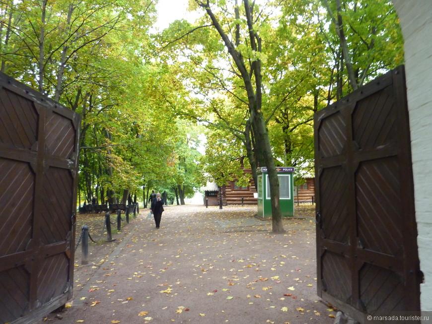 Вход в Петровский дворик