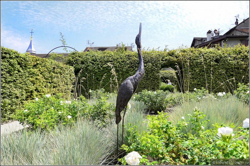 Внутри сад разбит на квадраты, зеленые комнаты образуются с помощью живой изгороди...