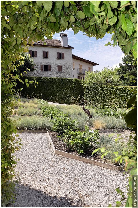 Кроме того, с внутренней стороны изгородь так подстрижена, что образует зеленые коридоры и галереи. Основных комнат - пять.