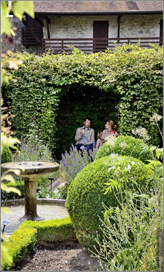 """Идея сада навеяна словами Вильяма Лавсона. На буклете написаны его слова: """" Разве нельзя найти во фруктовом саду то, что будет радовать наш взор, что будет услаждать ваш слух, что понравится вам на вкус и то, что будет приятно вашему обонянию?"""" Написал он эти строки в 1618 году. Оказалось, что можно."""