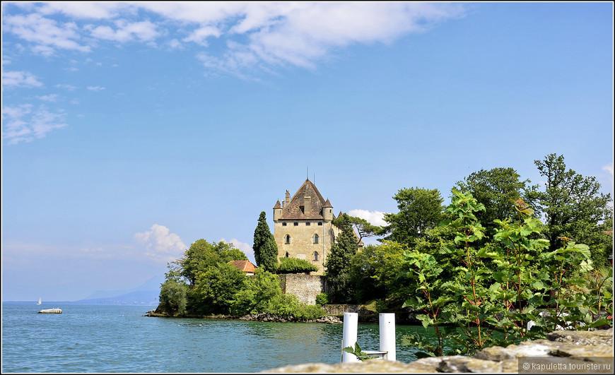 Французская деревня сохранила свой первоначальный вид с 1306 года.  Граф Савойский Амадей V построил на возвышении замок, окруженный рвом и  огромной стеной... В то время Савойские графы  хозяйничали на всей земле к северу от Женевского озера.