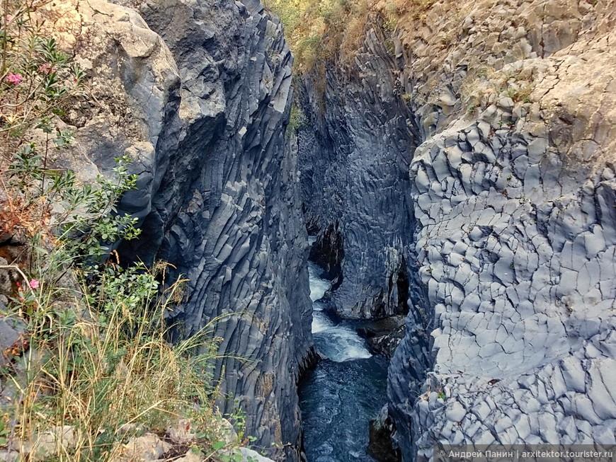 Во время одного из извержений, лава перекрыла дорогу реке Алькантара.