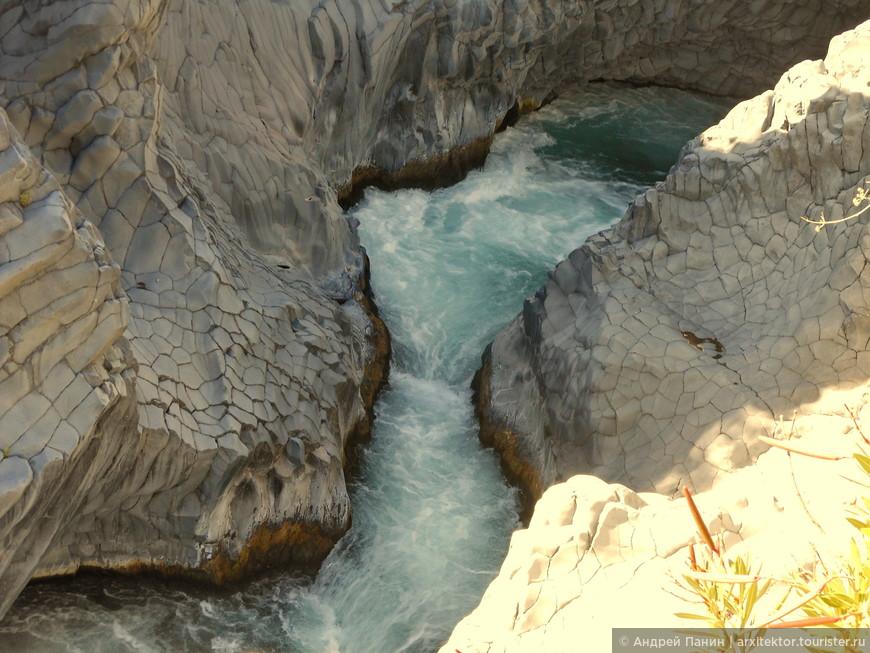 И всё-таки река пробила себе дорогу через остывшую лаву.