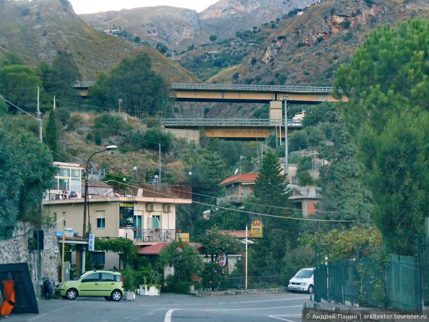 На снимке вверху на мостах автострада. На каждом мосту едут в одну сторону. Такое здесь часто.