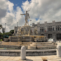Это конечно фонтан Нептун. Рядом с ним и находится площадь русских моряков.