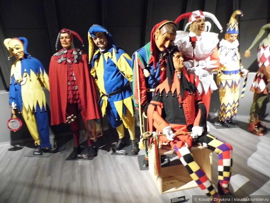 Слева -- костюм из Хехлингена,второй из Генгенбаха, третий из Месскирха.