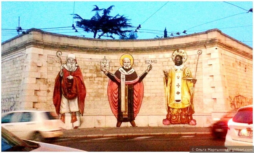 Однажды утром город проснулся и увидел нарисованные фигуры Св. Николая Чудотворца известным уличным художником ОЗМО (OZMO). Городские власти хотели было их убрать, но не сделали это на радость горожанам :)