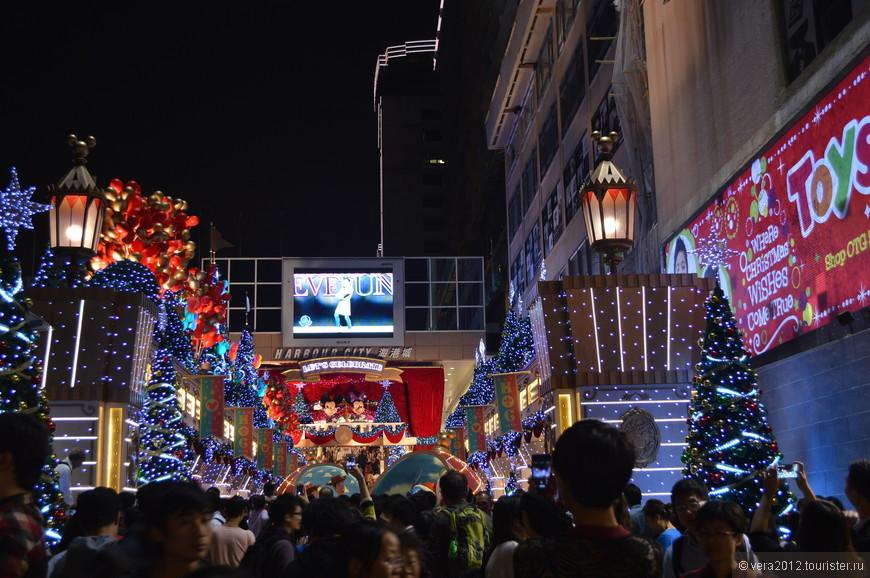 Kowloon. Вход в ТЦ Harbour City. До Нового года еще почти 2 месяца, но в Гонконге уже все готово к его встрече:)