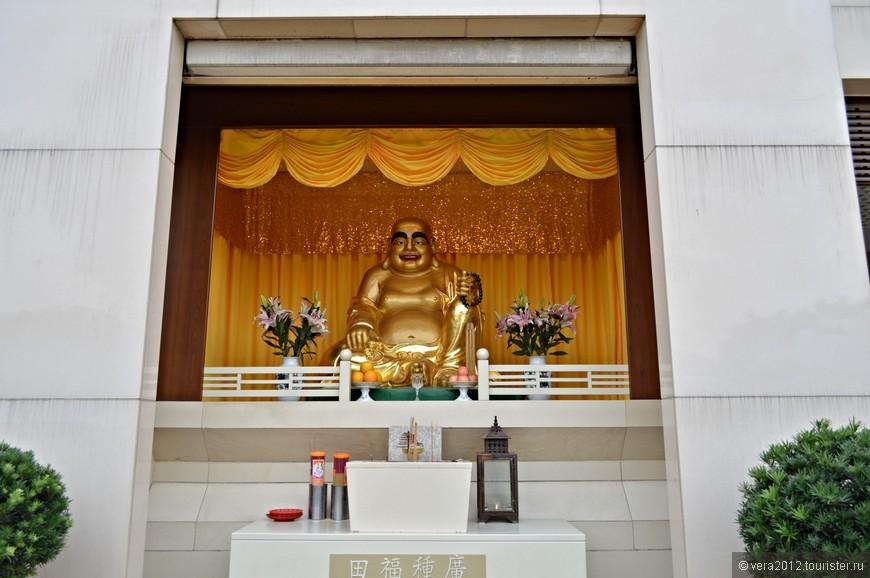 На 1-ом этаже храма-«лотоса».