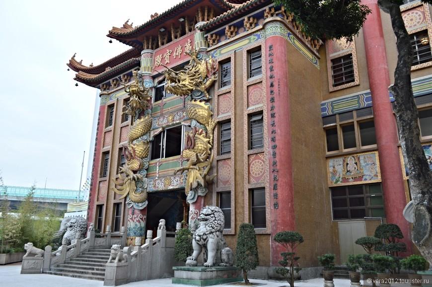 Это 7-этажный основной комплекс монастыря. Если пройти через его вход (между 20-метровых столбов с драконами),  можно подняться в Холл Десяти Тысяч Будд