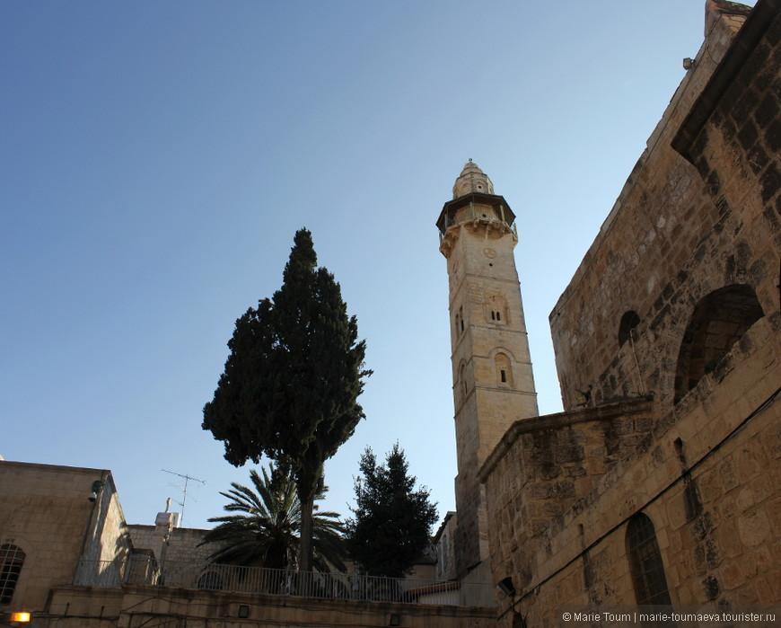 Во дворе Иерусалимского храма Воскресения Христова