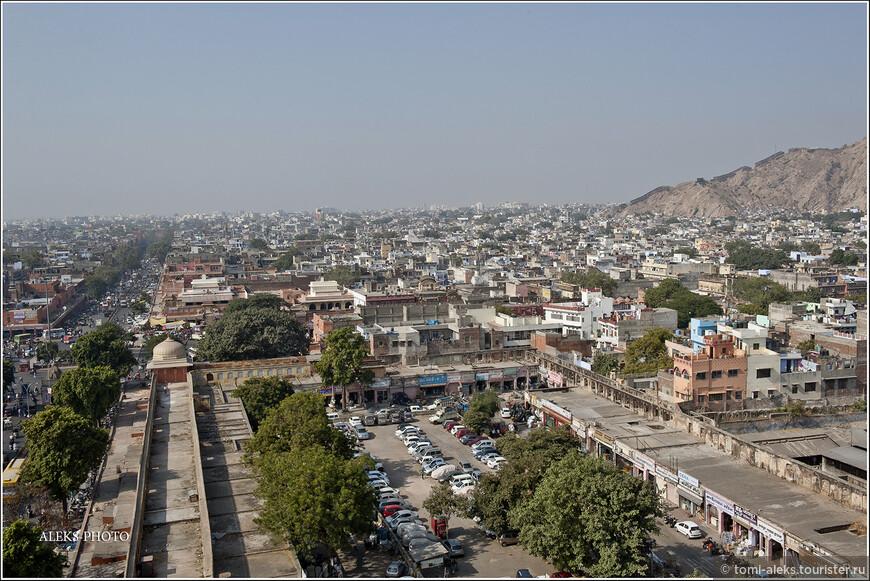 Причем строился он по всем индийским канонам, с новомодной в те времена (начало 18 века) прямоугольной планировкой.