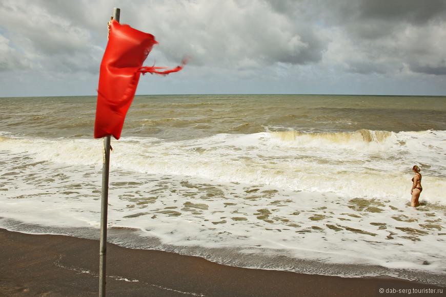 Волны затягивают, океан довольно таки опасен. Бредёшь к берегу с трудом, накрывает волной и оттягивает назад в океан. Совет: Будьте осторожны!))