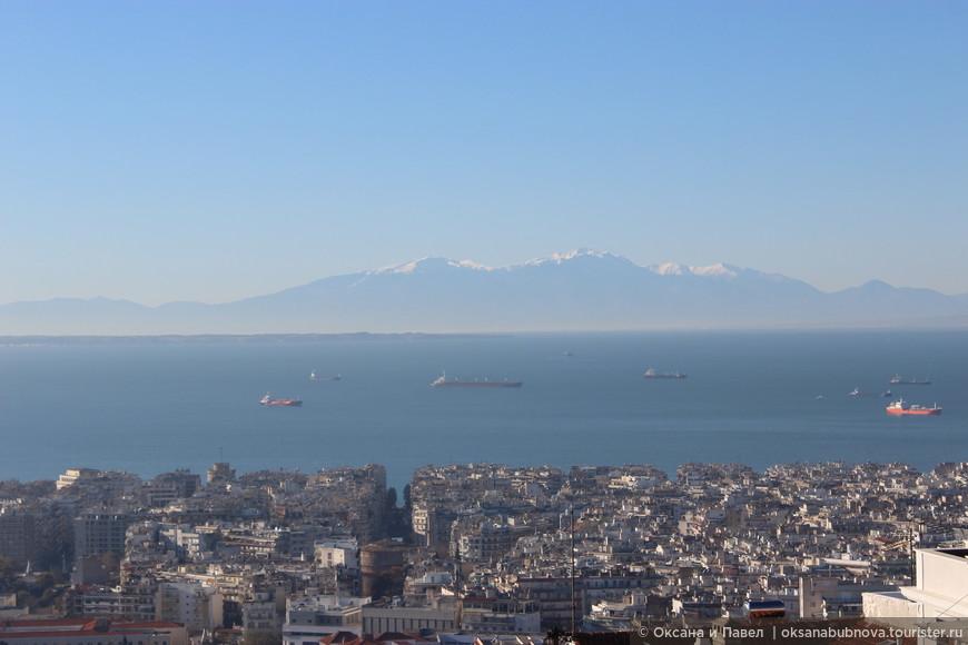 Вид на гору Олимп, термический залив и историческую часть города.