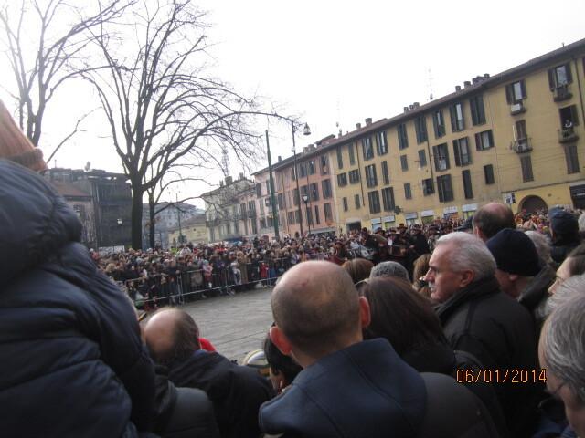 Зная план мероприятия, мы обогнали процессию и встречали ее на пустой площади.