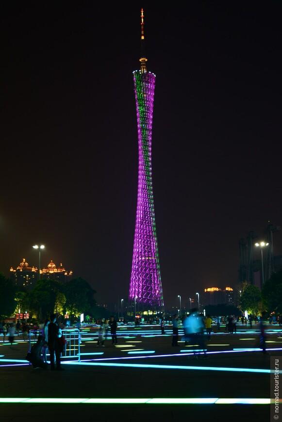 Высота телебашни составляет 600 метров. До высоты 450 метров башня возведена в виде комбинации гиперболоидной несущей сетчатой оболочки и центрального ядра.