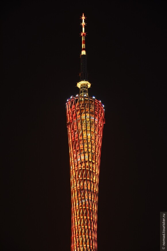 """Вращающиеся рестораны находятся на высотах 418 и 428 метров, на высоте 407 метров есть """"VIP-кафе""""."""