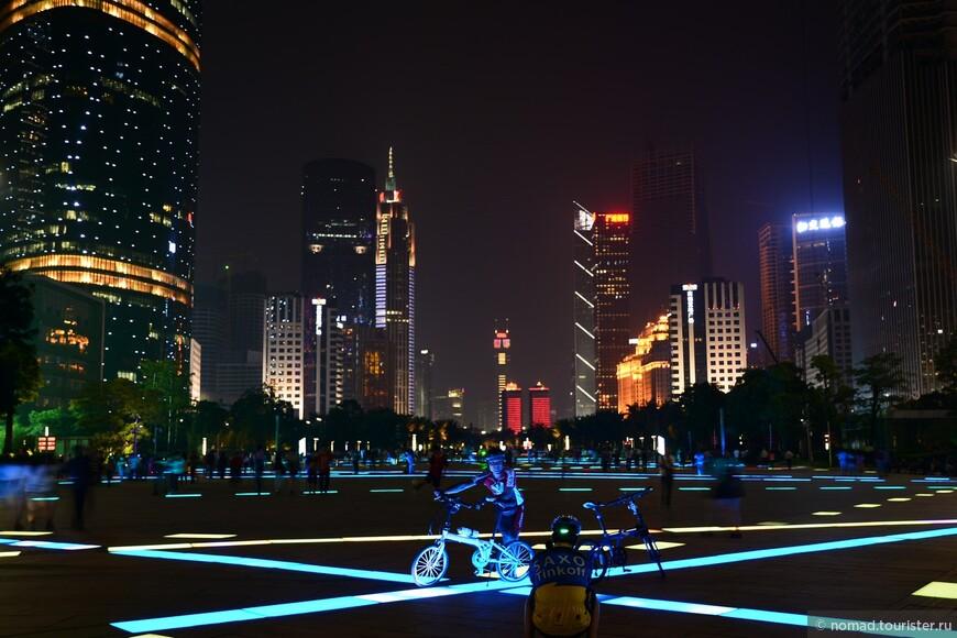 Площадь около метро Zhujiang New Town