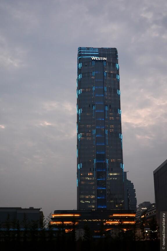 Небоскреб около Poly World Trade Center (PWTC)