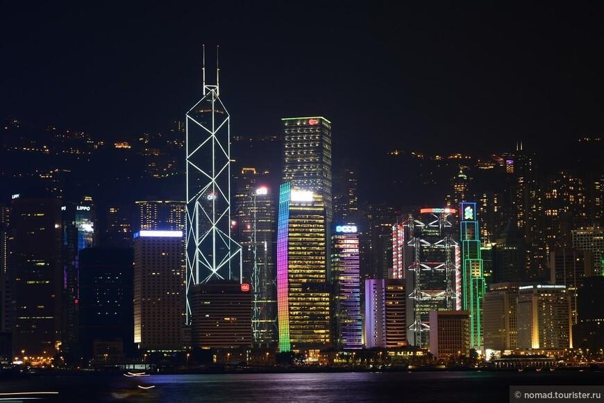 Небоскрёб Bank of China (Bank of China Tower) (здание в треугольничек) – самое узнаваемое и легко запоминающееся здание Гонконга. Он состоит из четырёх блоков разной высоты, которые символизируют растущий бамбук.