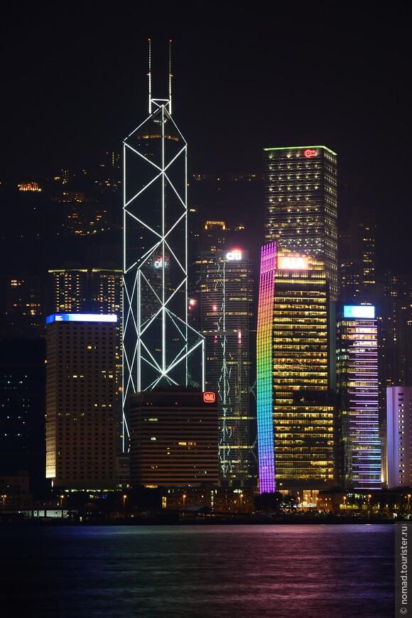 Мастера Фэн-шуй с момента утверждения плана строительства критиковали и продолжают критиковать этот небоскрёб за слишком большое количество острых углов, которые, как они считают, источают негативную энергию. В самой длинной части здания 70 этажей высотой 367,4 метра.