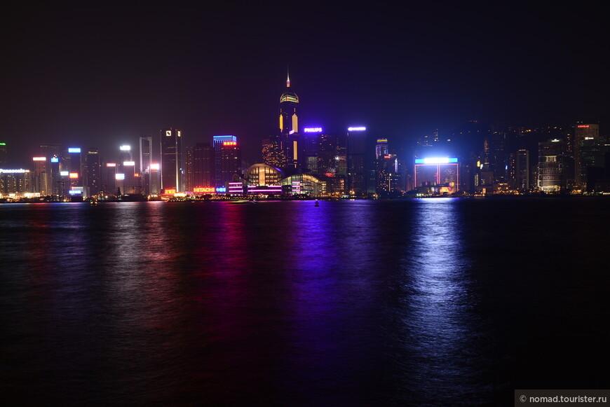 Панорама на Гонконг и Бухту Виктория. Третье место в списке самых высоких зданий Гонконга занимает треугольный небоскрёб (справа на фото) Сентрал плаза (Central Plaza). В нём 374 метра и 78 надземных этажей. Его отличительной особенностью являются уникальные световые часы, расположенные на крыше. Поскольку в Гонконге самые дорогие здания – это здания, из окон которых можно увидеть залив Виктории, Сентрал плаза была построена в виде треугольника, две стороны которого выходят на залив. В Сентрал плаза действует 39 автоматических высокоскоростных лифтов, а работает здесь более 6000 человек.