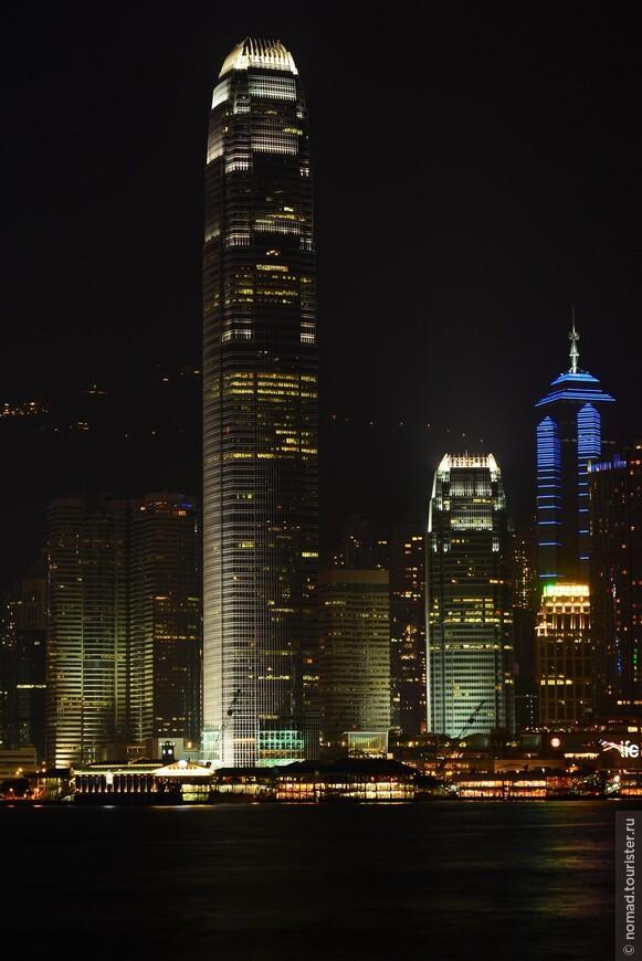 Башня Международного финансового центра. Второе место среди небоскребов Гонконга занимает 88-и этажная вторая башня Международного финансового центра (Two International Finance Centre). Высота данного офисного небоскрёба равняется 415 метрам. Эта башня, одна из немногих в мире, оборудована двухэтажными лифтами. Она также занимает восьмое место в списке самых высоких офисных зданий в мире.