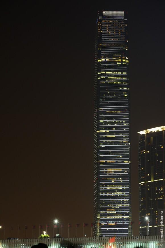 Самым высоким зданием Гонконга является Международный коммерческий центр (International Commerce Centre). Его высота составляет 484 метра и в нём 118 этажей, которые заняты офисами, гостиницей и торговым центром. На сотом этаже открыта платная обзорная площадка. Этот небоскрёб также занимает четвёртое место в списке самых высоких зданий мира. Первоначально планировалось построить намного более высокий небоскрёб, но этого плана пришлось отказаться из-за того, что в Гонконге существует закон, согласно которому высота здания не может превышать высоту окружающих его гор.