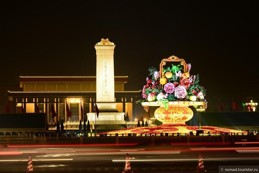 Здесь проводятся заседания Собрания Народных Представителей, а также съезды и пленумы КПК. Это одно из самых больших зданий в мире для проведения собраний. Его длина 336 метров, ширина 206 метров, а самая высокая точка здания 46,5 метров. Площадь здания 171800 квадратных метров. Дом Всекитайского Собрания построен в 1959 году всего за один год к 10-ой годовщине образования Китайской Народной Республики.