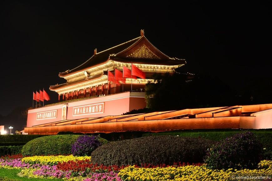 Ворота Небесного Спокойствия. Площадь Тяньаньмэнь названа в честь ворот, которые стоят на ней. Их построили в 1417 году при правлении императора Юнлэ династии Мин. В то время они назывались Ворота Небесного Наследования или Ворота Власти, Полученной с Небес. Это название впервые появилось на главных воротах столицы Чанань династии Тан (618-906), сегодняшнего города Сиань. Это название показывало легитимность власти императора, которую он получил с Небес. Они были дважды разрушены при династии Мин : один раз молнией, второй раз во время войны. В 1651 году при правления императора Шуньчжи династии Цин их перестроили и назвали Ворота Небесного Спокойствия. Они стали служить главным входом в Императорский Город.