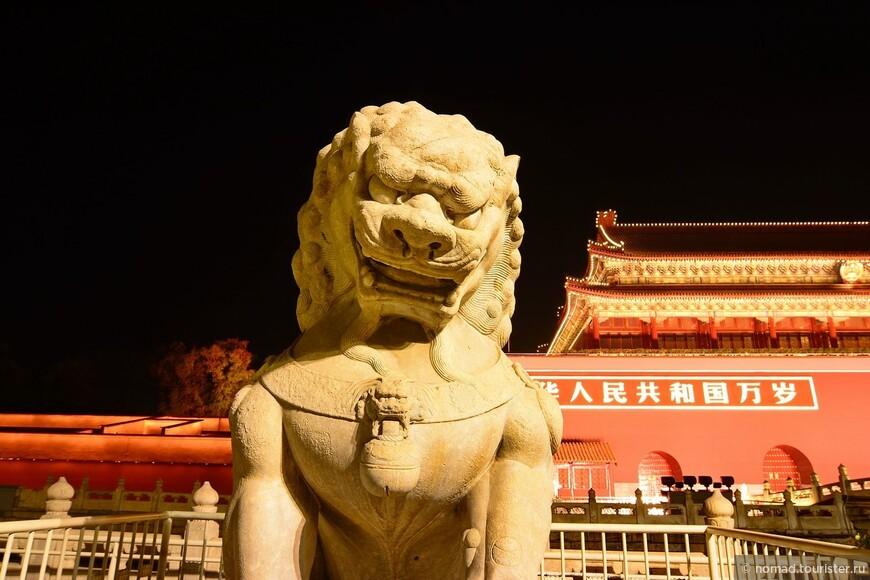 Прямо перед воротами установлены два каменных льва - охранника. Они пристально смотрят вперед, охраняя императорский путь.