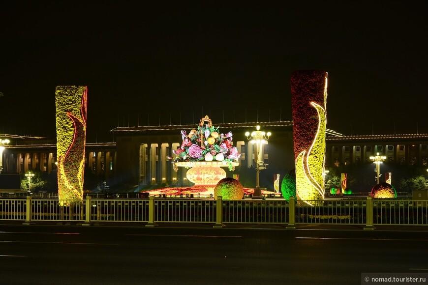 Пекин.  Подобно Красной Площади в Москве, Площадь Тяньаньмэнь - главная площадь в Китае. Она расположена в самом сердце Пекина, южнее Императорского дворца. Площадь Тяньаньмэнь может вместить около одного миллиона человек и является самой большой в мире. Раньше площадь была двором перед главными воротами в Запретный Город, на котором стояли офисы министерств. В то время она имела площадь около 110,000 квадратных метров. После падения феодальной системы, а особенно после основания Народной Республики, площадь обновлялась и расширялась много раз. Сейчас она в длину 880 метров, в ширину 500 метров и занимает площадь 440,000 квадратных метров.