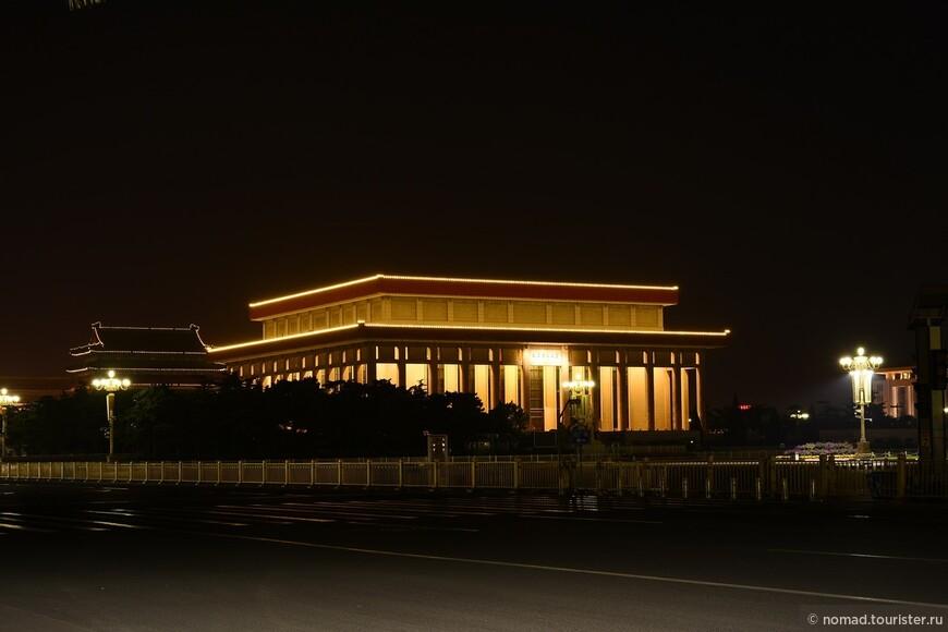 """Площадь Тяньаньмэнь. Мавзолей Мао Цзедуна.  Вид мавзолея напоминает Мемориал Линкольна в Вашингтоне. Над парадным входом висит белая мраморная доска с золотыми иероглифами: """"Дом памяти председателя Мао"""". Внутри мавзолей делиться на три главные части. В первом зале, который может вместить 600 человек, установлен мраморный памятник Мао. На стене позади статуи - гобелен ручной работы длиной 24 метра и шириной 7 метров, на котором изображены чудесные пейзажи страны. В центральном зале в хрустальном гробу находится забальзамированное тело последнего председателя, задрапированное в красный флаг Китайской коммунистической партии. Проход по залу занимает не более 5 минут, поскольку останавливаться во время движения запрещено. В мавзолее очень серьезная служба безопасности : перед тем, как пройти к хрустальному саркофагу с телом Мао, посетители должны сдать сумки, фотоаппараты, видеокамеры и т.п. в камеру хранения на восточной стороне Мемориала."""