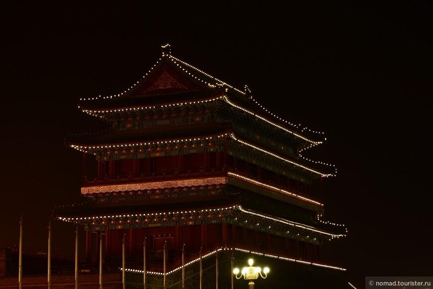 Площадь Тяньаньмэнь. Передние Ворота.  На самом деле под названием Передние Ворота понимают целый комплекс построек на юге Площади Тяньаньмэнь. Основные - это Главные Солнечные Ворота и Башня Лучников. Хотя часто в путеводителях Главные Солнечные Ворота называют Передними Воротами. В старые времена столица Китая имела небольшие размеры и именно Главные Солнечные Ворота были главными в стене, окружавшей Внутренний Город. Этими воротами пользовались только императоры, когда покидали дворец для ежегодного визита в Храм Неба. Простые смертные не имели права входить в них под страхом смерти. Главные Солнечные Ворота лежат на центральной оси юг-север старого Пекина. Ворота были построены в 1419 году. Их высота 43,65 метра - они самые большие из девяти ворот города. Во время династий Мин и Цин Главные Солнечные Ворота разрушались пять раз из-за войны и пожаров. Поэтому они много раз восстанавливались и перестраивались. Сейчас сохранились только Главные Солнечные Ворота и Башня Лучников. В 1988 году ворота были взяты под государственную защиту как культурное достояние, а в 1991 году они были открыты для публики.
