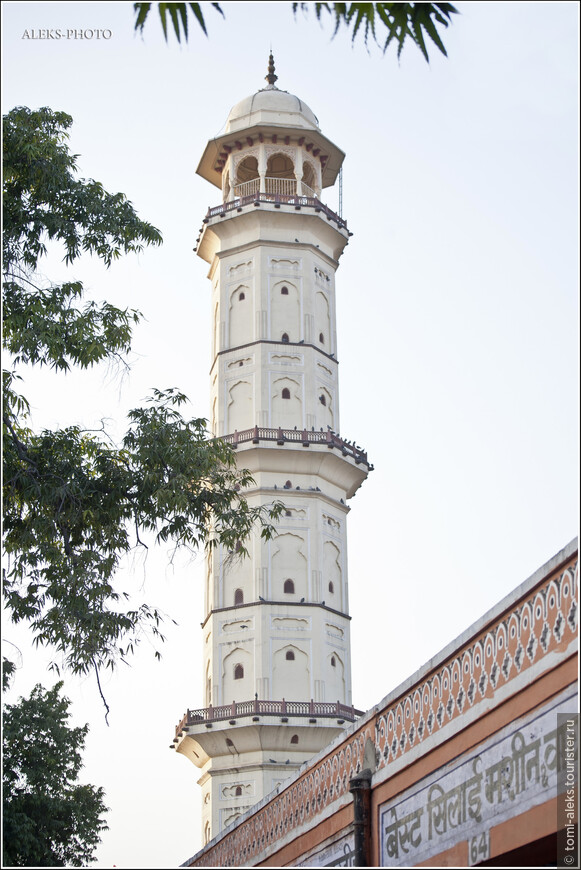 На фото снизу видны арки, сквозь которые туристы, поднявшись на башню, смотрят на город...
