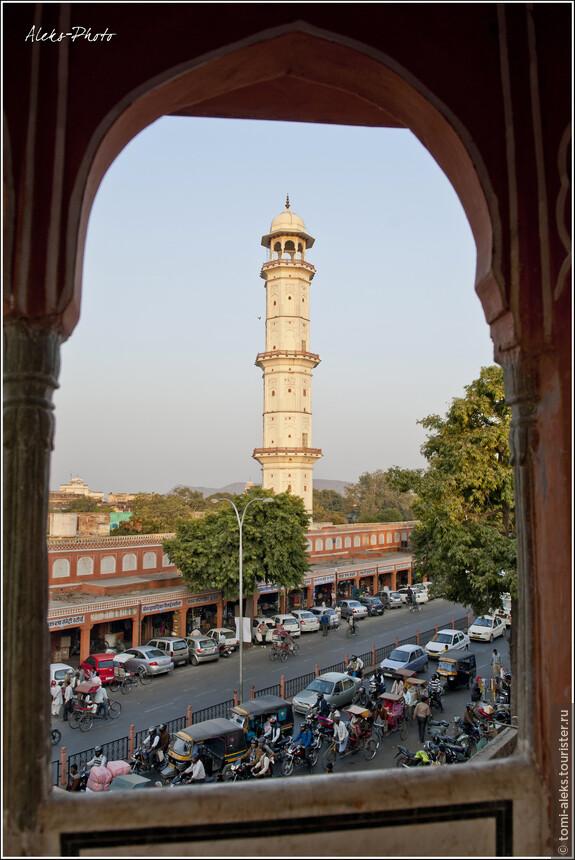 Это вид на башню, со смотровой площадки которой я снимал город. Снято накануне вечером из кришнаитского храма, расположенного напротив...