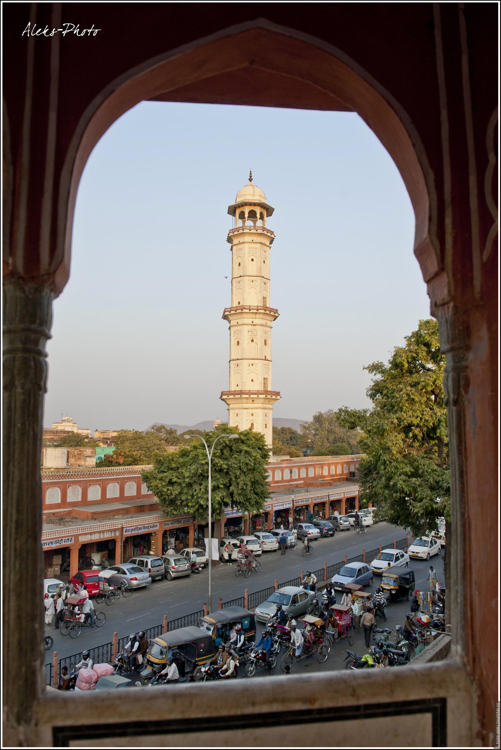 Это вид на башню, со смотровой площадки которой я снимал город. Снято накануне вечером из кришнаитского храма, расположенного напротив..., Джайпур без небоскребов (Индия)
