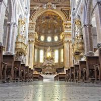 """В крипте хранится основная реликвия собора, известная со врёмен средневековья (впервые упоминается в хрониках 1389),— сосуд с кровью св. Януария. Когда реликвию дважды в год демонстрируют верующим (в первую субботу мая и 19 сентября), кровь необъяснимым образом закипает, заполняя весь сосуд. Дважды """"чудо крови"""" не случилось. В 1527 году в итоге в город пришла чума (40 тысяч жертв), а в 1979 году произошло землетрясение (3 тысячи погибших)."""
