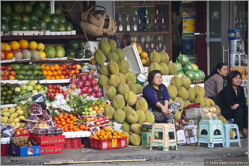 Обилие фруктов в Ханое - очень порадовало наш взор. Но мы не только смотрели - каждый день объедались манго. Так уж получилось, что этот фрукт стал для нас главным в этом путешествии...